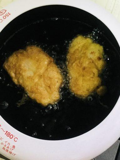 170度に熱した油で5〜7分揚げます