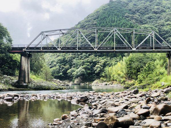 鉄橋下の川遊び